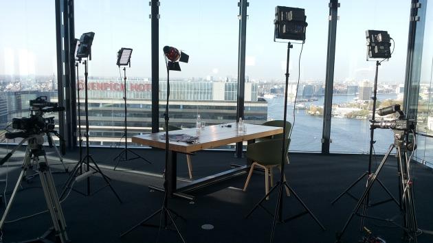 De tafel met op de achtergrond het IJ